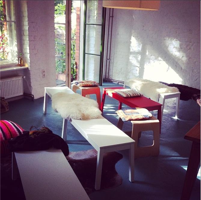 Diesen Raum kann man zum meeten mieten. Wann immer ein heller, ruhiger, mediterraner Raum benötigt wird. Für Präsentationen, Schulungen, Workshops oder für Besprechungen, die man nicht im eigenen Büro machen will. Mit WLAN, Monitor und Terrasse. Getränke und Materien gibt's auf Wunsch natürlich auch.